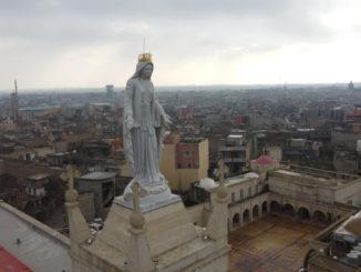 Statua della Madonna sul campanile della chiesa di Al Tahira, Qaraqosh, Iraq