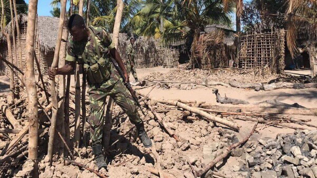 Un soldato dell'esercito del Mozambico ispeziona una città dopo un attacco dell'Isis
