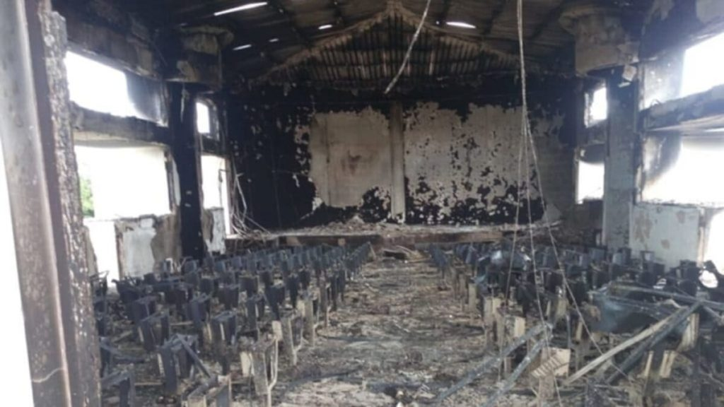 Una chiesa del Mozambico devastata dalla branca locale dell'Isis (Iscap)