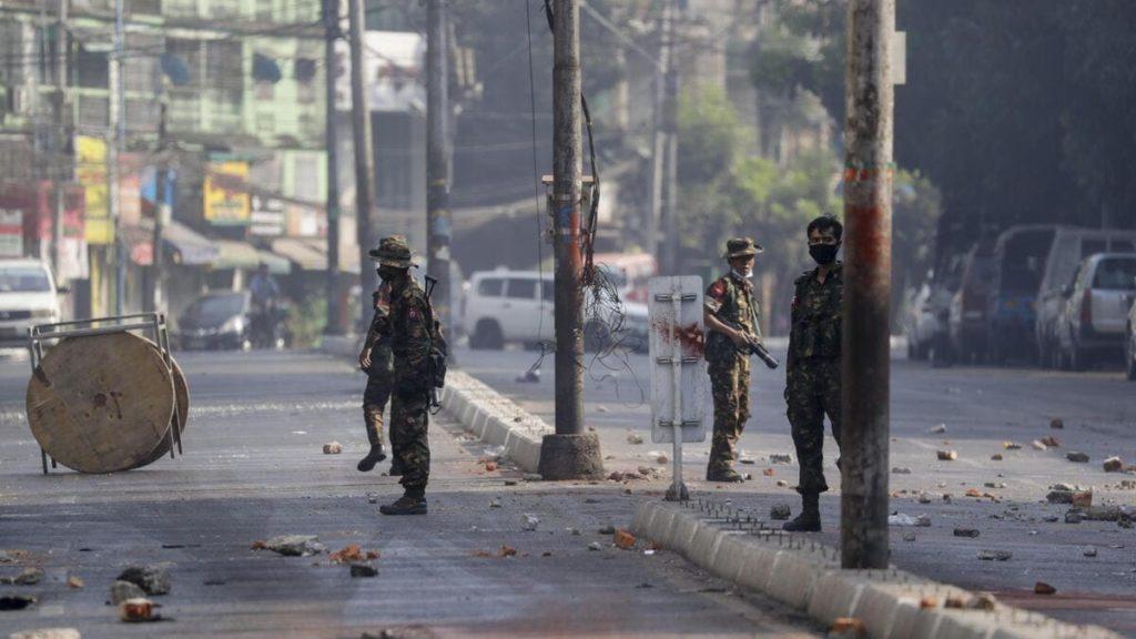 L'esercito in Myanmar disperde le proteste dei civili