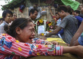 Una donna in Myanmar piange per i suoi cari uccisi dall'esercito nelle proteste contro il golpe
