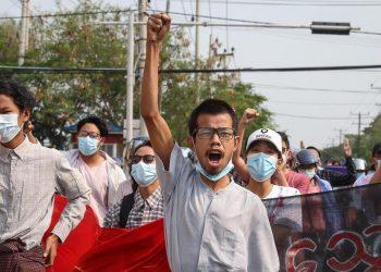 Una manifestazione a Mandalay, Myanmar, contro Tatmadaw