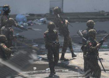 I soldati di Tatmadaw, in Myanmar, dopo aver represso una manifestazione di protesta