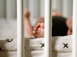 Un neonato dorme nella culla