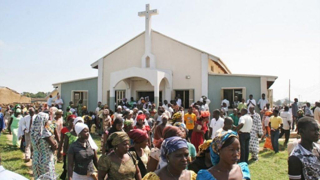 Cristiani escono da una chiesa nel nord della Nigeria al termine della funzione