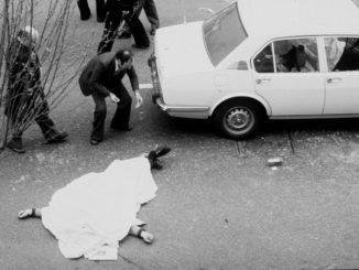 Omicidio Moro, il corpo di un agente di scorta a terra