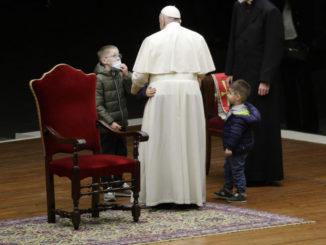 Papa Francesco con due bambini
