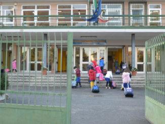 Alunni all'ingresso di una scuola elementare