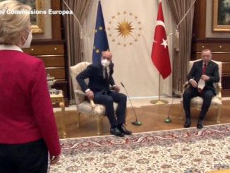 Ursula von der Leyen in visita ad Ankara in piedi davanti a Erdogan