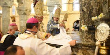 L'arcivescovo Youhanna Boutros Moshe mentre celebra Messa