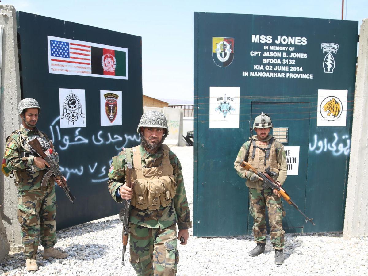 Soldati dell'esercito afghano in una ex base militare americana