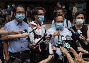Albert Ho parla davanti al tribunale a Hong Kong prima del processo