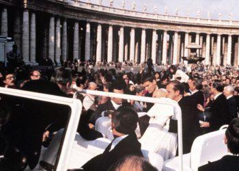 Giovanni Paolo II ferito da un colpo di pistola in piazza San Pietro