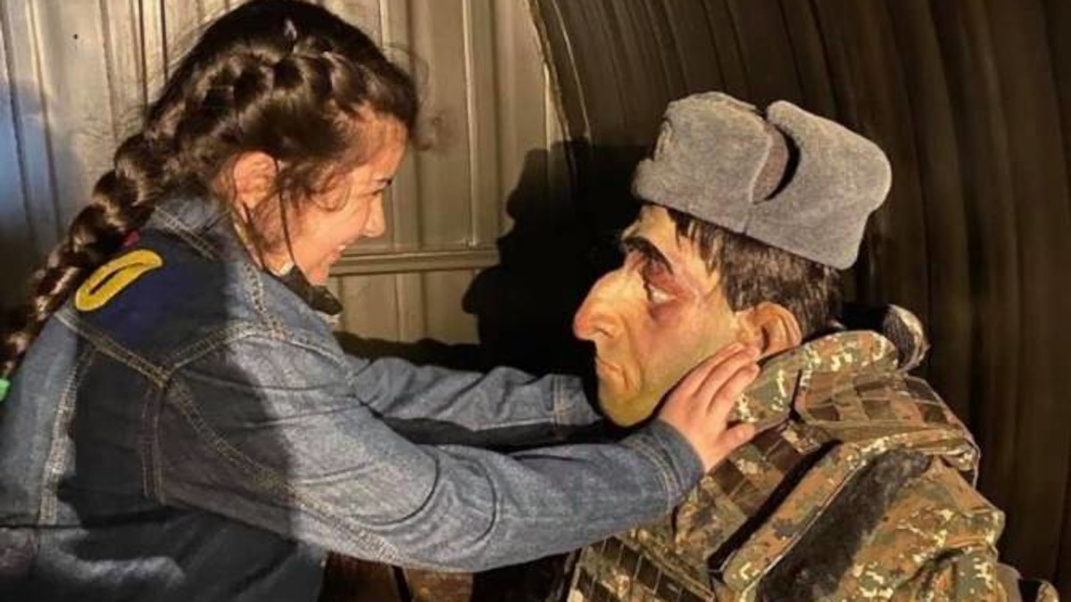 "Bambina gioca con manichino di militare armeno nel ""Parco dei trofei"" della guerra nel Nagorno-Karabakh a Baku, Azerbaigian"