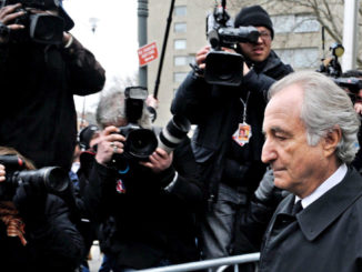 Bernard Madoff sfila davanti ai fotografi fuori dal tribunale di New York