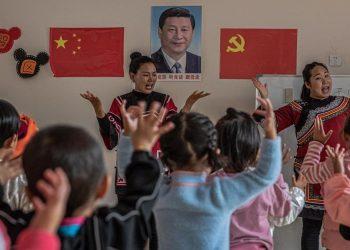 Bambini in un asilo in Cina acclamano Xi Jinping