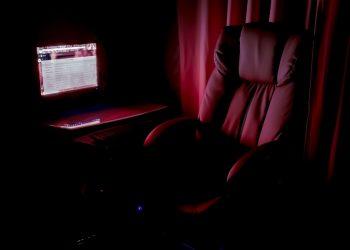 Studio domestico con computer per smart working