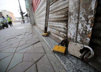 Covid, un negozio chiuso a Peshawar in Pakistan