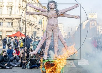 Pupazzo di uomo vitruviano in fiamme durante una Fridays for Future