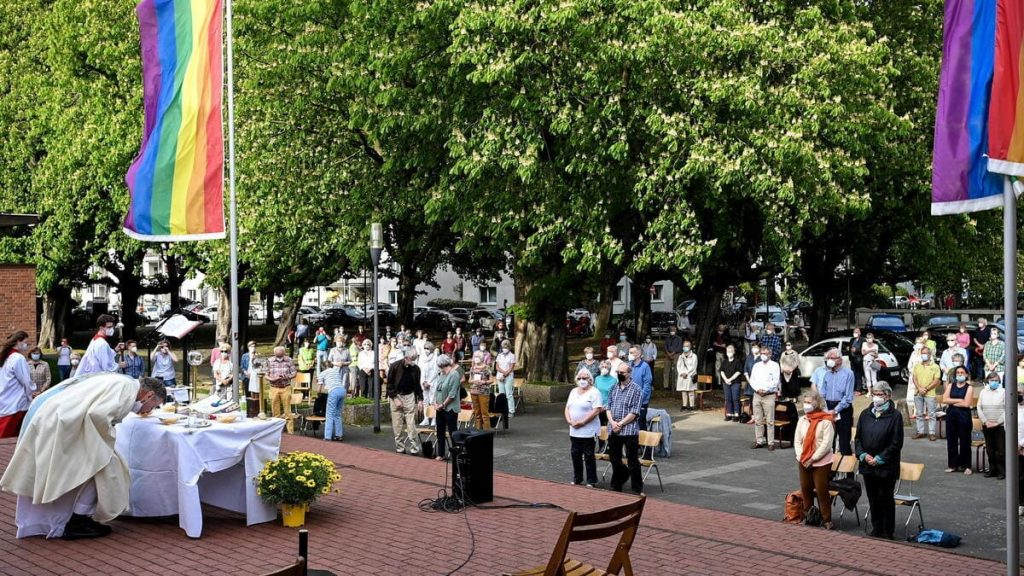 Una cerimonia di benedizione delle coppie gay a Colonia, in Germania