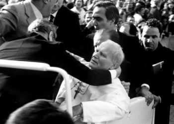 Papa Giovanni Paolo II, ferito in piazza San Pietro, qualche istante dopo l'attentato, 13 maggio 1981