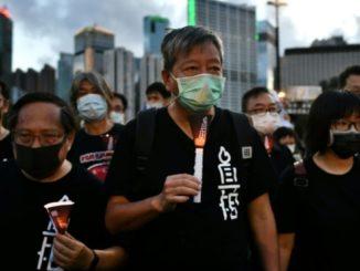 Gli attivisti Lee Cheuk-yan, Albert Ho e Chow commemorano la strage di piazza Tienanmen