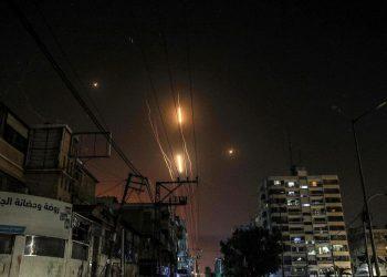 I razzi di Hamas sparati da Gaza sorvolano Israele