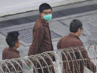 Joshua Wong cammina in carcere a Hong Kong