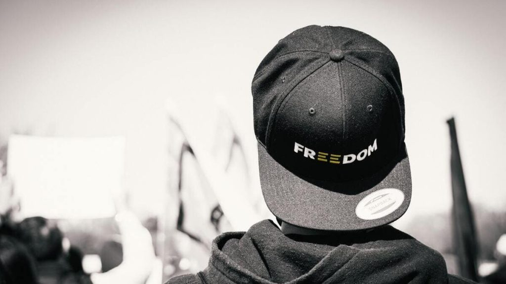 Un giovane manifesta per la libertà di espressione