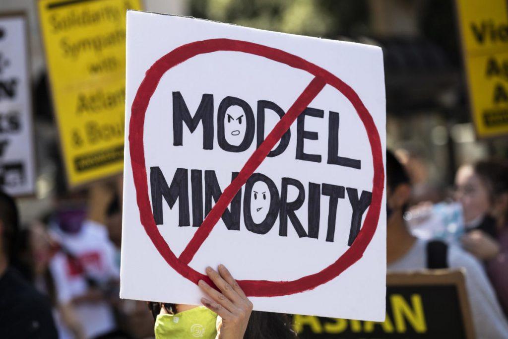 Cartello pro minoranze in una manifestazione contro il razzismo