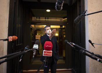 Maurizio Lupi circondato da microfoni di giornalisti