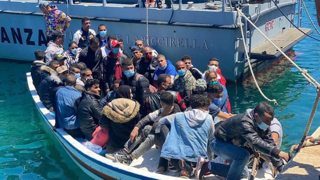 Un barcone di migranti sbarca a Lampedusa