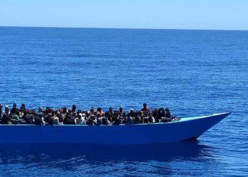 Un barcone carico di migranti pronto ad approdare a Lampedusa