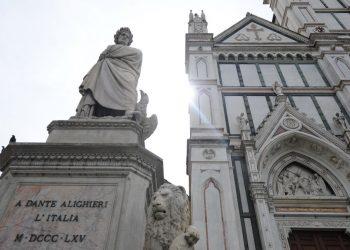 Monumento a Dante Alighieri davanti alla chiesa di Santa Croce a Firenze