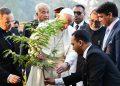 Papa Francesco pianta un albero in Bangladesh