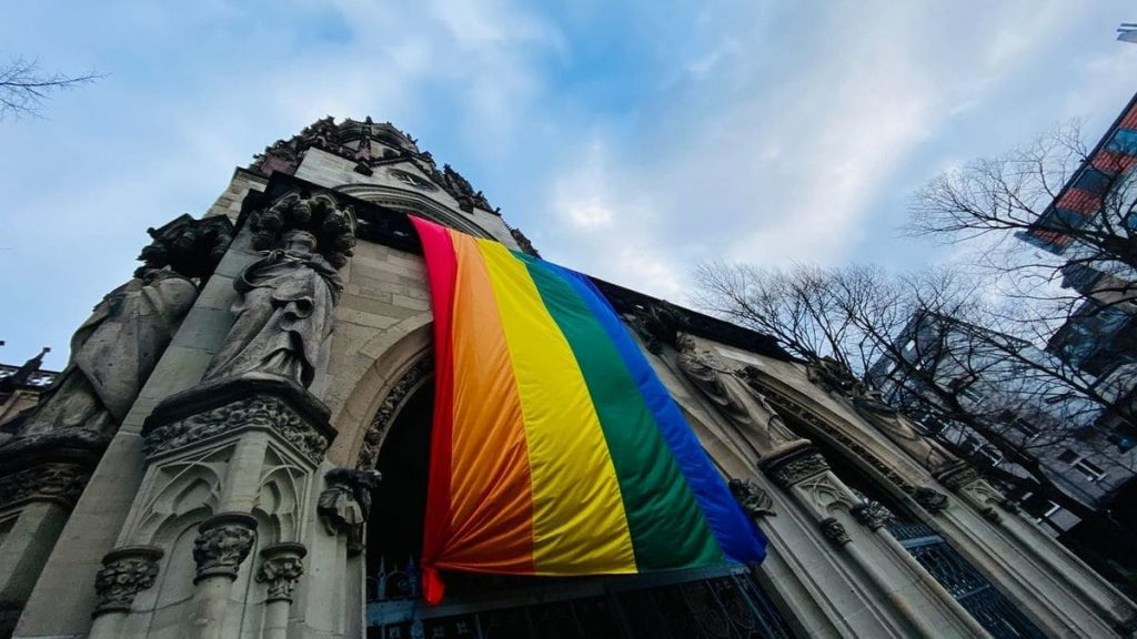 Una bandiera Lgbt sventola sulla chiesa di Sant'Agnese a Colonia, in Germania