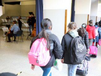 scuola, entrata degli alunni in un istituto scolastico di Milano