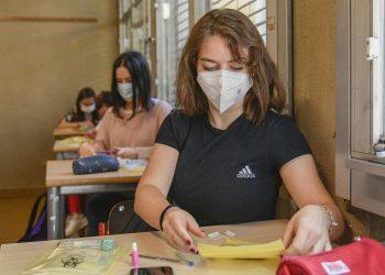 Scuola. Ragazza seduta al banco in classe