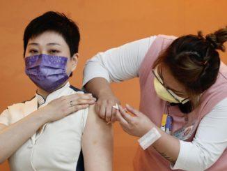 Un'infermiera a Taiwan somministra un vaccino (non Pfizer) anti-Covid