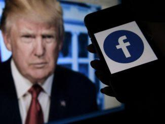Donald Trump e un telefonino con il logo del social network Facebook