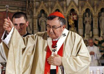Il cardinale bosniaco, Vinko Puljic, arcivescovo di Sarajevo, guida una cerimonia religiosa