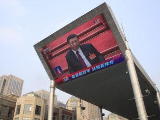 Il busto di Xi Jinping su un maxi schermo a Pechino durante il Congresso del Partito comunista, marzo 2021