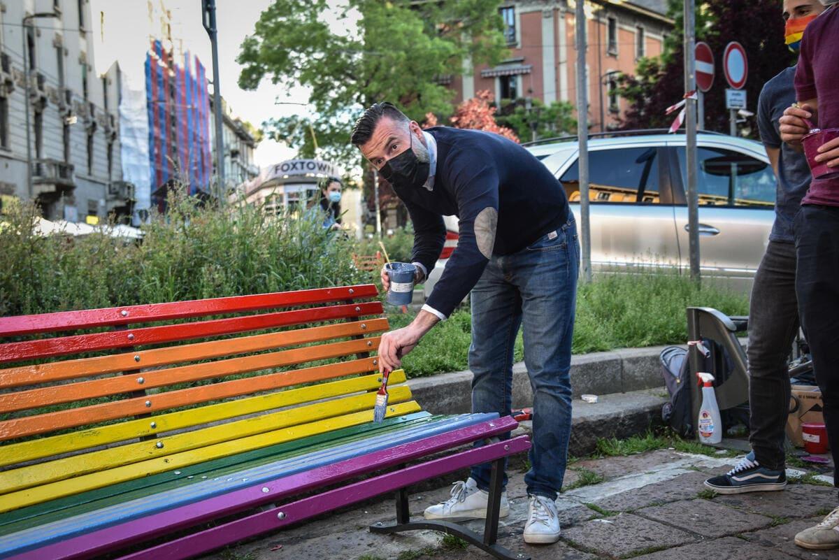 Alessandro Zan dipinge panchina arcobaleno durante una manifestazione per diritti lgbt