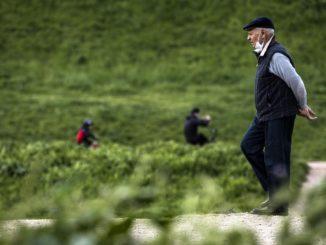 Anziano a passeggio con mascherina