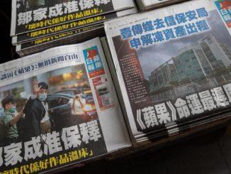 Alcune tra le ultime copie dell'Apple Daily, il giornale pro democrazia chiuso dal regime cinese a Hong Kong
