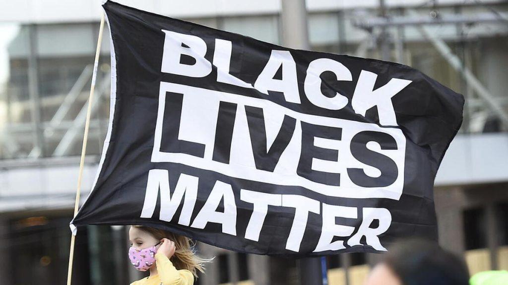 Una bambina negli Stati Uniti con lo stendardo di Black Lives Matter