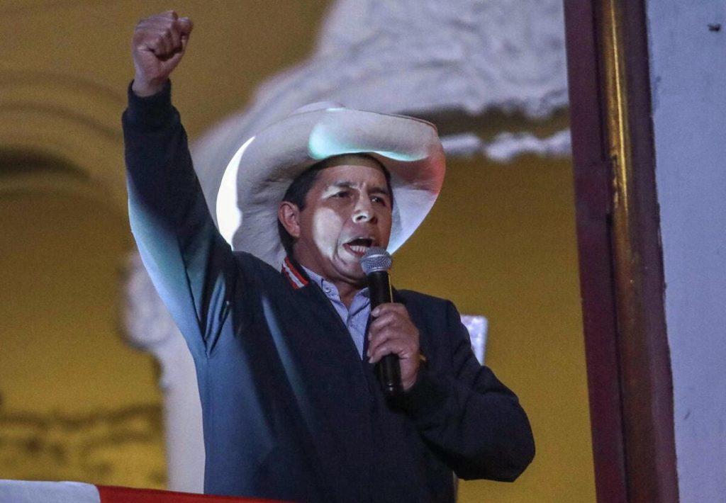 Il nuovo presidente del Perù, Pedro Castillo festeggia la vittoria alle elezioni