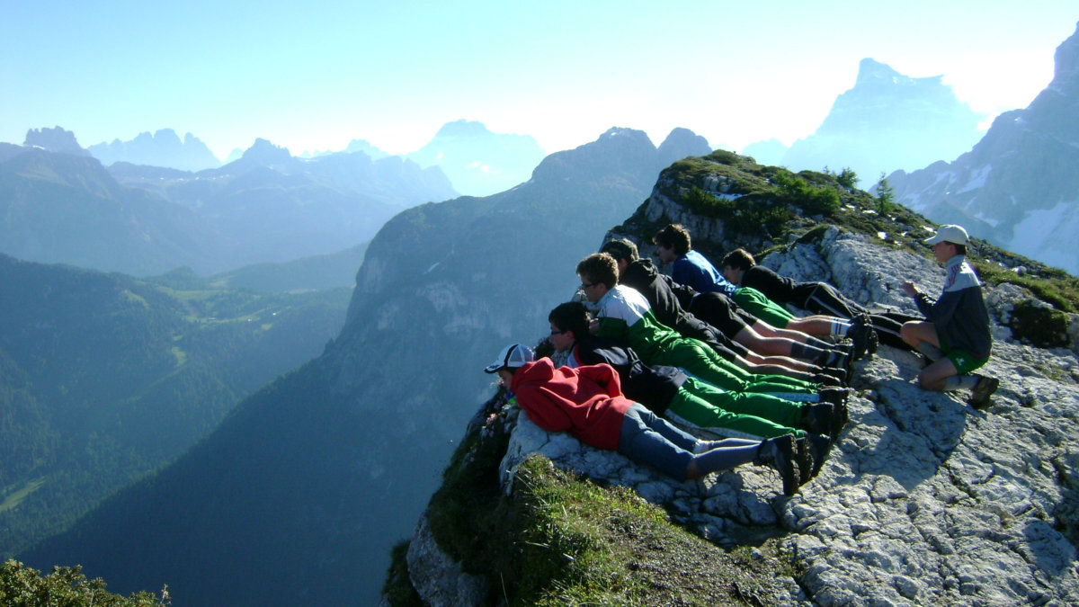 Ragazzi della Comune dei giovani in vacanza in montagna