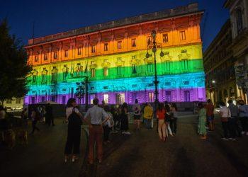 Palazzo Marino a Milano illuminato con i colori dell'arcobaleno Lgbt