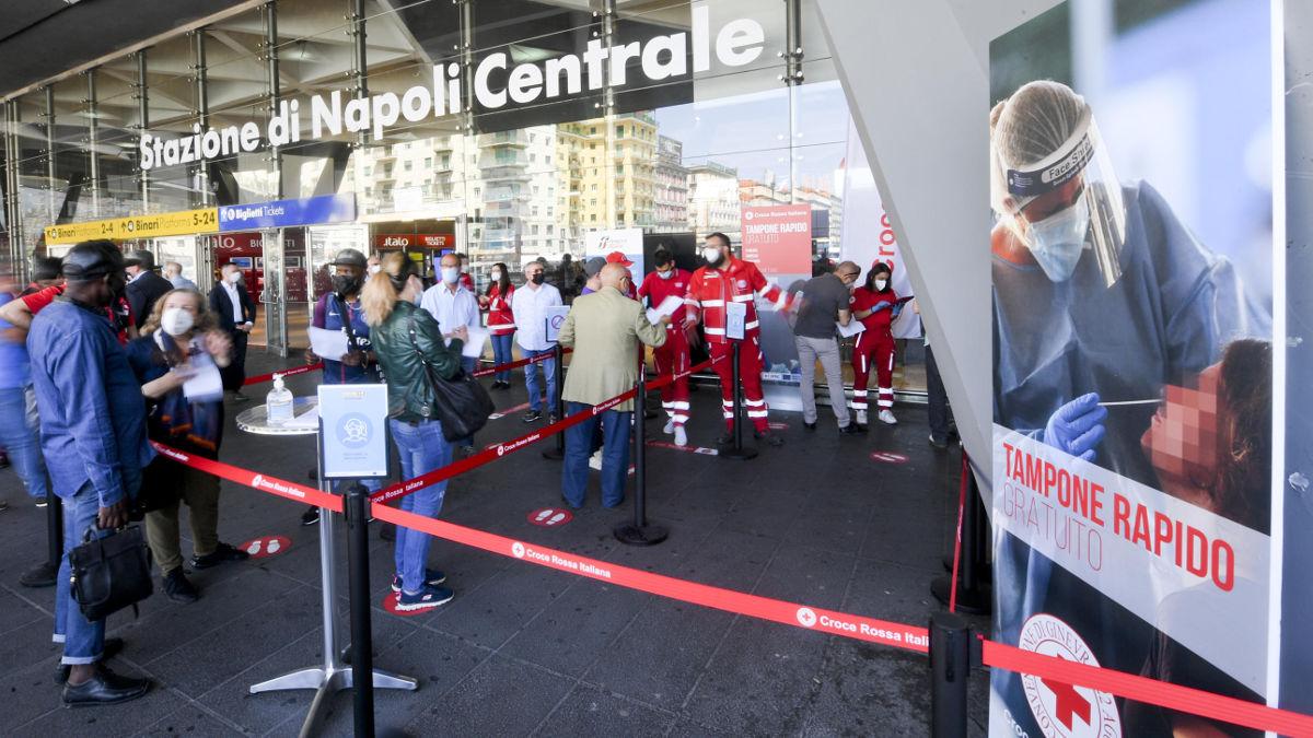 Coda davanti al centro per tamponi rapidi alla Stazione Centrale di Napoli